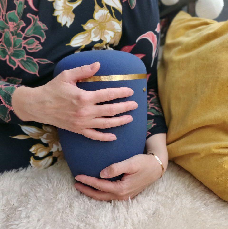 blaue Urne aus nachhaltigem Naturstoff